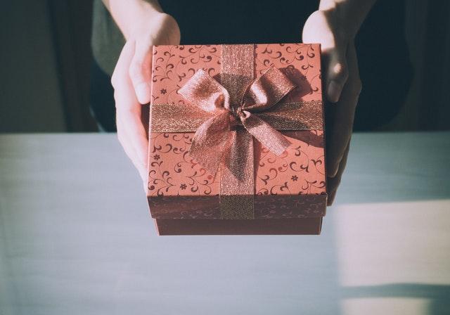 Sådan giver du den bedste housewarming og indflyttergave – 3 gaveideer